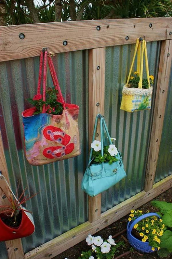 Old Purses and Beach Bags for Fence Planters #fenceplanters #homedecorimage